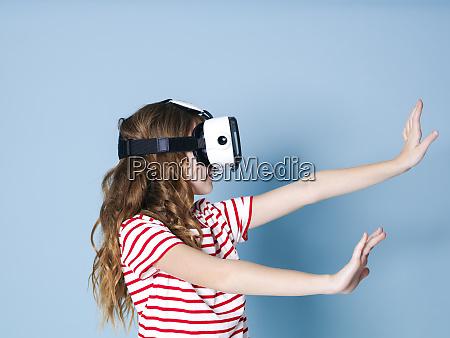 laechelnde positive maedchen traegt virtual reality