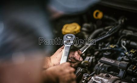 automechaniker arbeiten in der garage reparaturservice