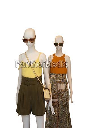 zwei schaufensterpuppen mit weiblichem gelbem hemd