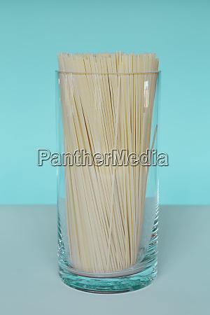 ungekochte bio nudeln in glasvase spaghetti