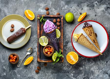 leckeres fruchteis auf dem tisch