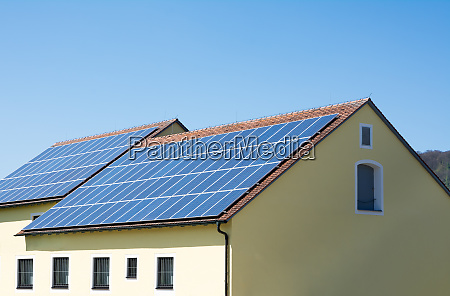 modernes haus mit photovoltaik system