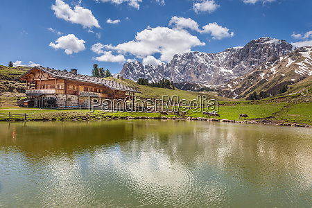 the mahlknecht alpin hut on the