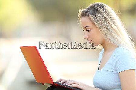 ernsthafte teenager maedchen mit einem roten