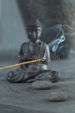 joss stick und buddha figur