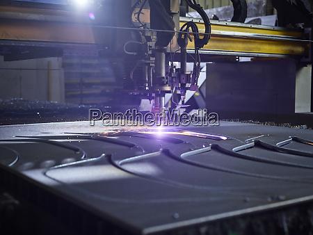 laserschneider in moderner fabrik