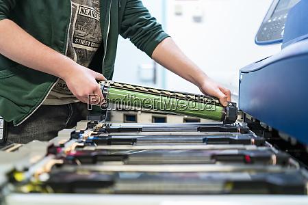 nahaufnahme, von, teenagern, die, an, farbdruckereinfügungspatrone, arbeiten - 27030041