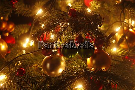 weihnachtsbaum mit weihnachtskugeln und lichterketten teilansicht