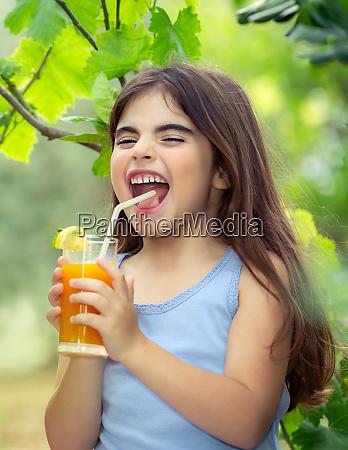 froehliche maedchen trinken saft