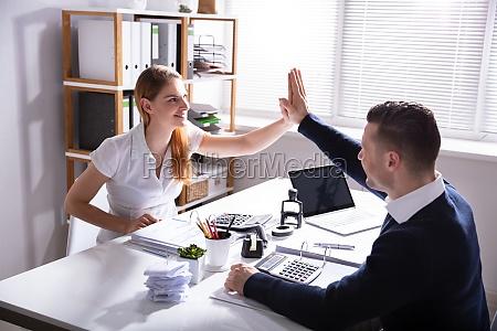geschaeftsmann gibt seinem kollegen high five