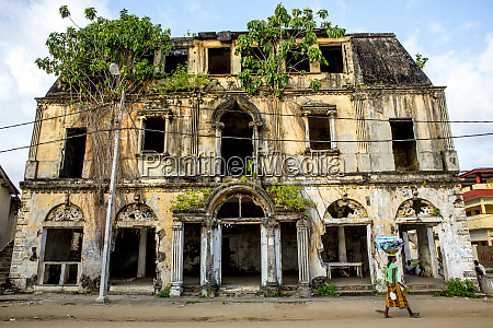 heruntergekommenes kolonialhaus in grand bassam unesco