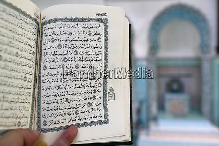 mubarak moschee muslimischer mann liest einen