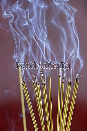 raeucherstaebchen auf joss stick topf brennen