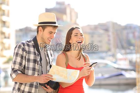 glueckliches paar touristen geniessen urlaubsreisen