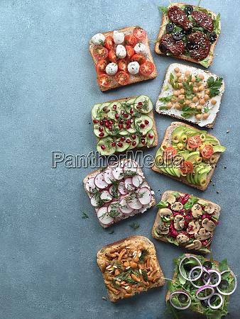 sortiment vegane sandwiches auf grauem steinhintergrund
