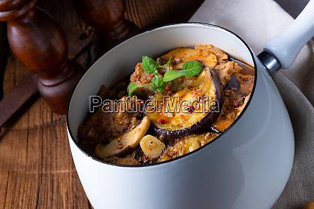 kalbsgulasch mit gebackener aubergine und kraeutern