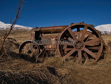 ein alter rostige traktor auf einer