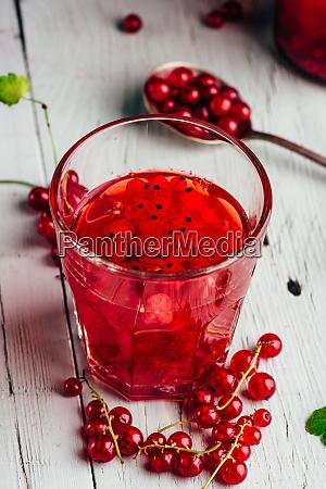 glas infundiertes wasser mit roter johannisbeere