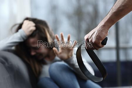 veraengstigtes missbrauchsopfer wird zu hause bedroht