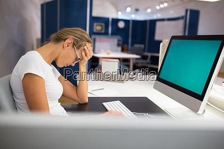 UEberlasteteburnout buero beschaeftigt an ihrem computer