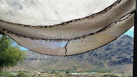 riesige genaeht fischernetz gestreckt in der