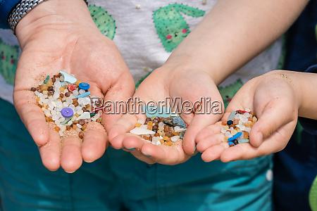 winzige schaedliche plastik mikroperlen am strand