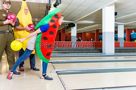 frau in ausgefallener kleidung bowling