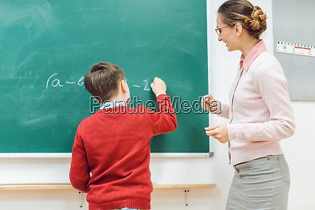 schueler in der schule macht UEbung