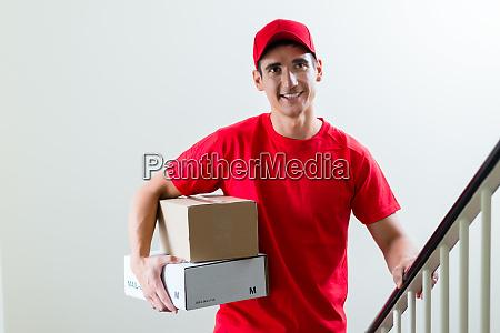 froehlicher zusteller mit paketfaechern