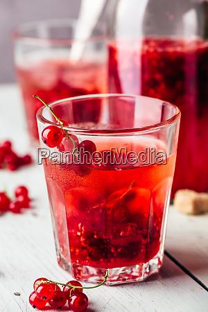 infundiertes wasser mit roter johannisbeere und