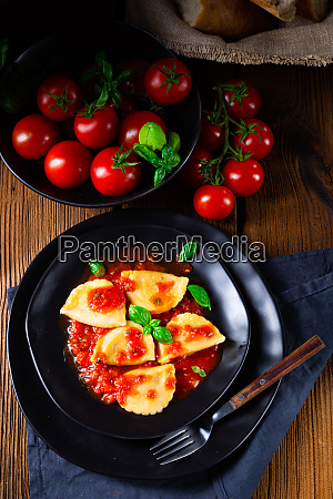 ravioli alla genovese mit basilikum tomatensauce