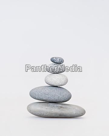 glatte kieselstein cairn auf weiss