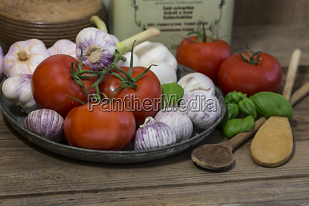 mediterrane kueche stillleben mit tomaten