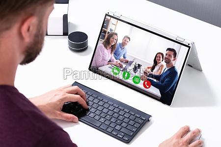 geschaeftsmann videokonferenz auf laptop im buero