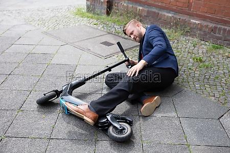 junger mann verunglueckt mit elektroroller