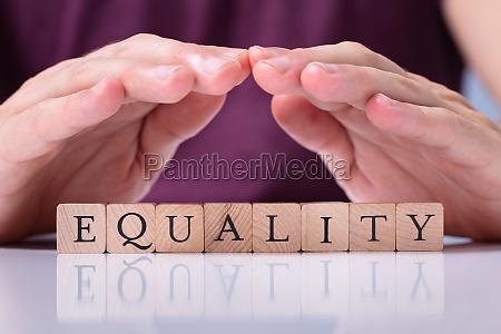 menschliche hand schuetzen gleichheit wort auf