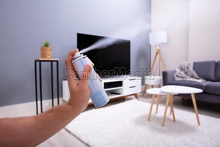 menschliche hand spruehen lufterfrischer