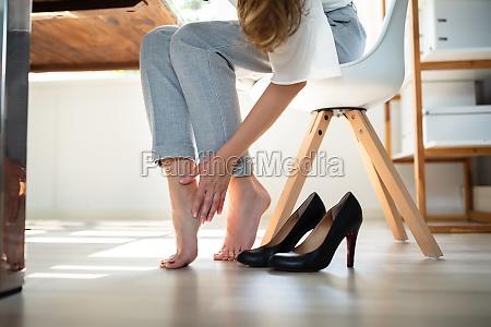 geschaeftsfrau reibt sich ihre fuesse