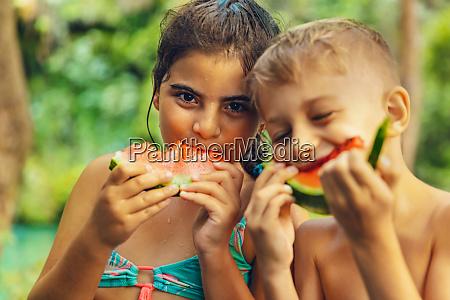 freunde wassermelone beissen obst saftig zwei