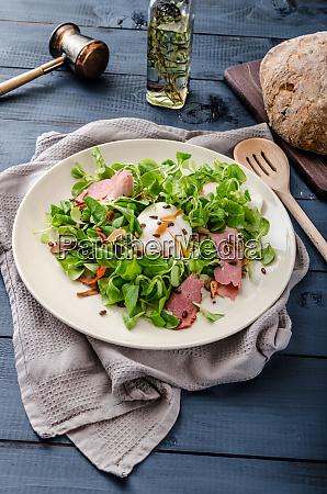 lammsalat mit pochiertem ei und nuessen