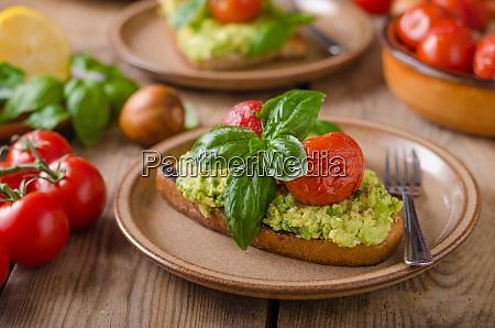 avocadobrot mit gebackener tomate