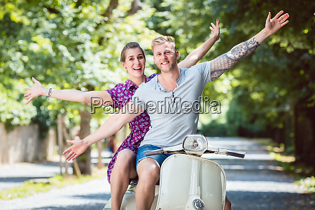 junges paar auf retro scooter