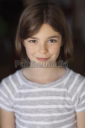 portraet von bruenette maedchen