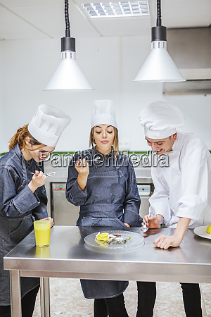 juniorköche, probieren, ein, dessert - 27116980