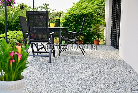 schoene terrasse mit dekorativen topfblume