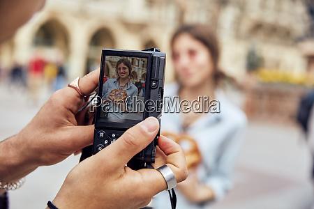 junges paar macht ein foto frau
