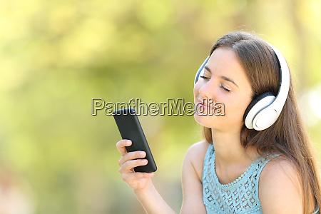 entspannte frau hoert musik mit geschlossenen