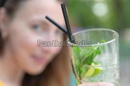 schoenes maedchen mit mojito cocktail drink