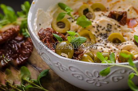 frischkaese mit oliven getrockneten tomaten