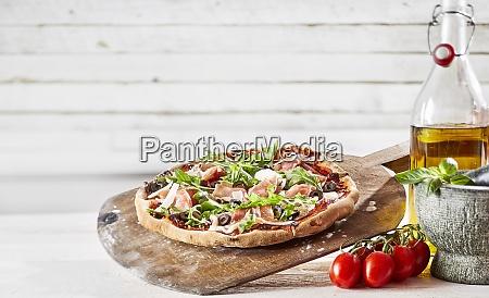 spezialitaet prosciutto und rakete italienische pizza